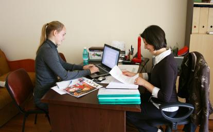 ルーマニアで雑誌出版に取り組むジャーナリズムインターンたち